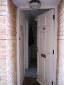 Výměnu interiérových dveří lze zvládnout svépomocí