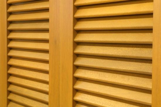 Dřevěné okenice regulují teplo a chrání bezpečí Vašeho domova