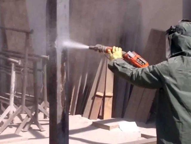 Tryskání pískem: Používá se nejen pro čištění fasád od graffiti